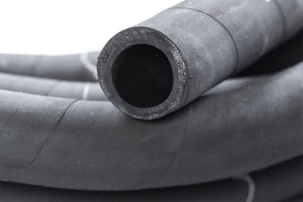Минимальная партия: 1 бухта (15-20 метров) Описание: состоят из внутреннего резинового слоя, одного или нескольких слоев текстильного каркаса и наружного резинового слоя. Рукав имеет трехкратный запас прочности при разрыве гидравлическим давлением. Наружная поверхность рукава имеет след от обмоточной ткани. Маркировка: на каждом рукаве на одном конце нанесена рельефная или другая четкая маркировка с указанием: - товарного знака или наименования предприятия-изготовителя и его товарный знак; - условного обозначения рукава; - длины рукава; - месяца и года изготовления; Минимальный радиус изгиба: 384 мм